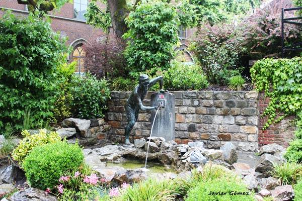 Estatua de niño en Mons 01
