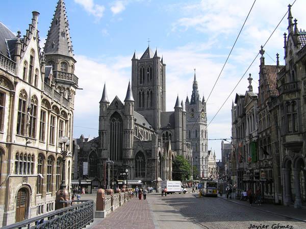Calle Limburg, en Gante, con la Iglesia de San Nicolás