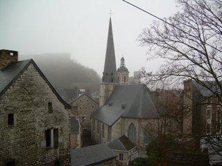 Vista de Huy entre la niebla