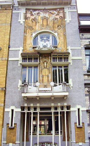 Vista completa de la fachada