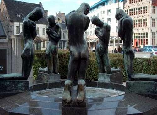 La Fuente de los jóvenes arrodillados, en Gante