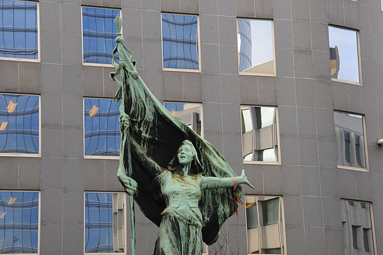 Estatua de la Brabançonne en Bruselas