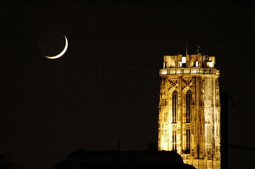 La luna y la Torre de la Catedral de San Romualdo